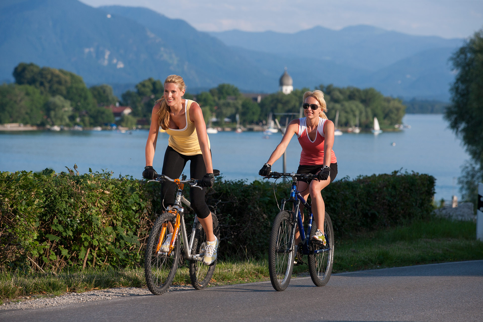 Cycling tour with a view of the lake and it's islands (Foto: © Ulli Seer)