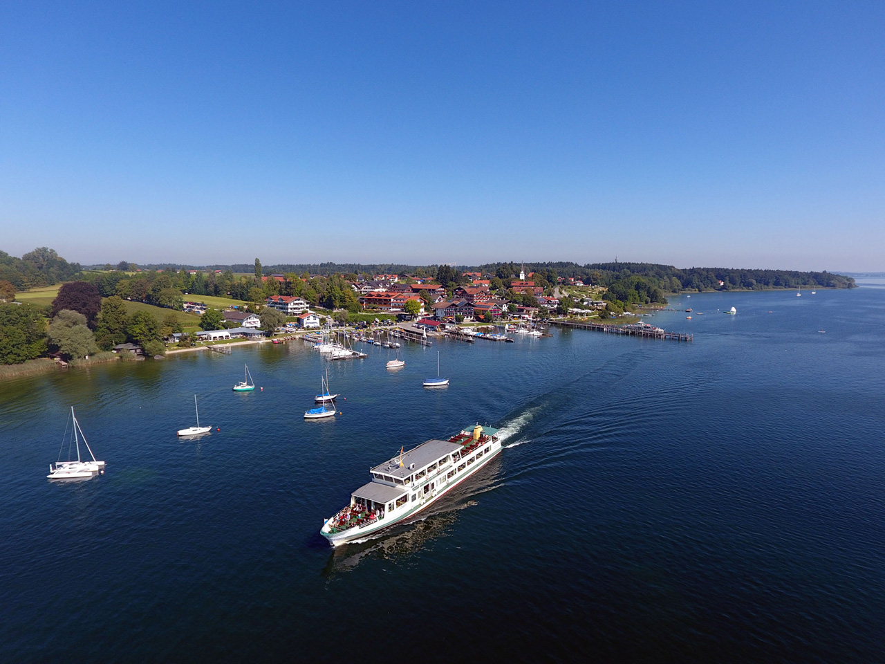 Gstadt with ship landing stage to the Chiemseeinseln (Foto: © Ulli Seer)