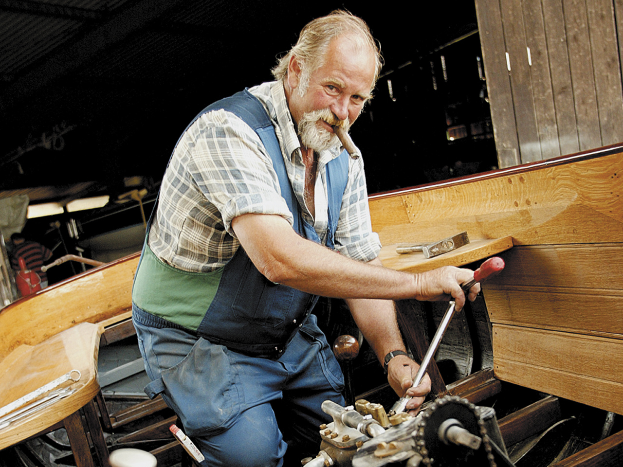 Der Bootsbauer bei der Arbeit (Foto: © Ulli Seer)