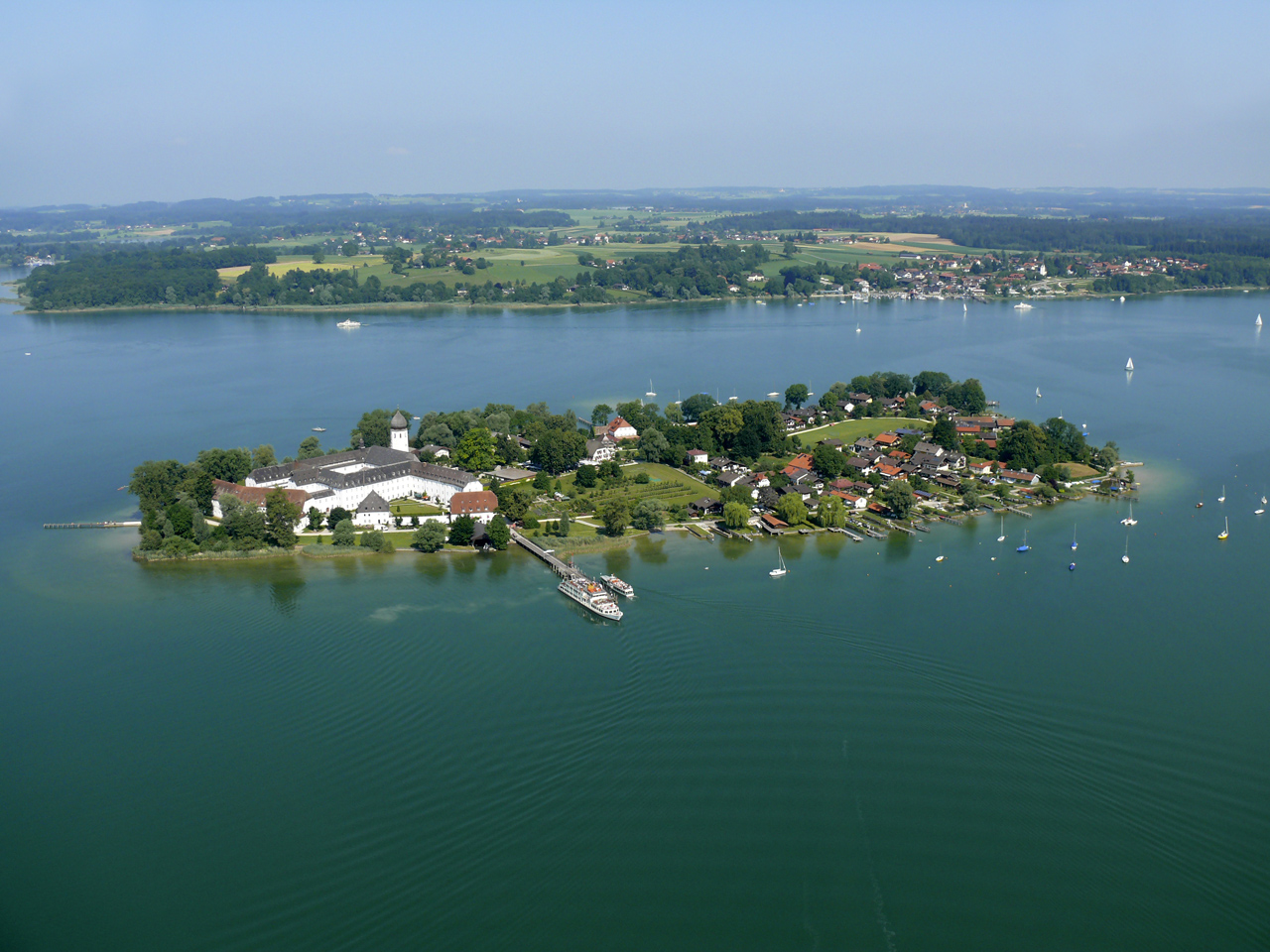 Fraueninsel - Gstadt in the background (© Fa. Alfred Schellmoser)